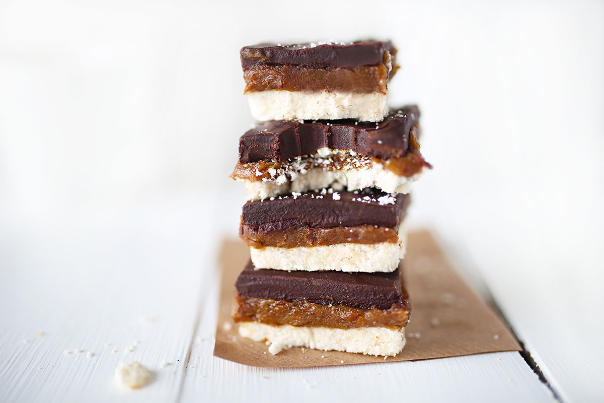 Healthy Vegan Twix Raw Cakes - Made in under 10 minutes