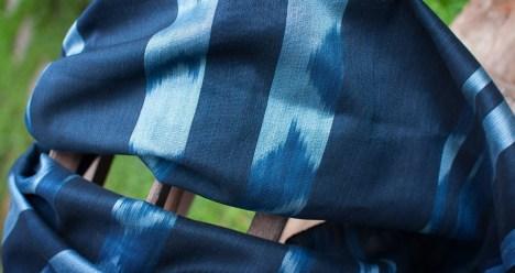 """มัดหมี่ เป็นกรรมวิธีการทอผ้าที่อาศัยการย้อมเส้นด้ายก่อนการทอ โดยผ้าพันคอผืนนี้ เป็นการออกแบบลายมัดหมี่ในแบบฉบับของสตูดิโอแน่นหนา ที่เรียกว่า """"เมฆ"""" โดยใช้กรรมวิธีการทอเส้นไหมผสมผสานกับฝ้าย ทำให้เกิดลวดลายสวยงามละมีน้ำหนักเบา ซึ่งลวดลายที่ปรากฏ จะย้อมด้วยสีธรรมชาติคือ ครามสีเข้มและอ่อน และสีอื่น ๆ ที่ได้จากไม้ขนุน และผลมะเกลือ เพื่อให้เกิดสีสันที่หลากหลายสวยงาม"""