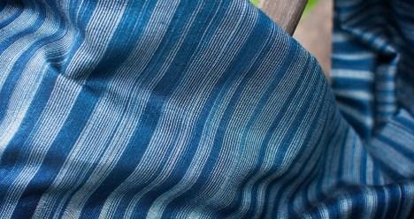 ฮ่อมหรือคราม เป็นสารประกอบอินทรีย์ที่มีสีน้ำเงินเข้ม ซึ่งเป็นสีย้อมที่เก่าแก่ที่สุดที่ใช้กันมาแต่โบราณ โดยผลิตภัณฑ์ผ้าคลุมไหล่อินดิโก้ บลูนี้ ต้องผ่านกระบวนการย้อมครามหลายครั้งจนทำให้เกิดเฉดสีน้ำเงินที่แตกต่างกัน แล้วจึงนำมาย้อมในวัสดุธรรมชาติอื่น ๆ ที่ให้สีเขียวและสีน้ำตาล