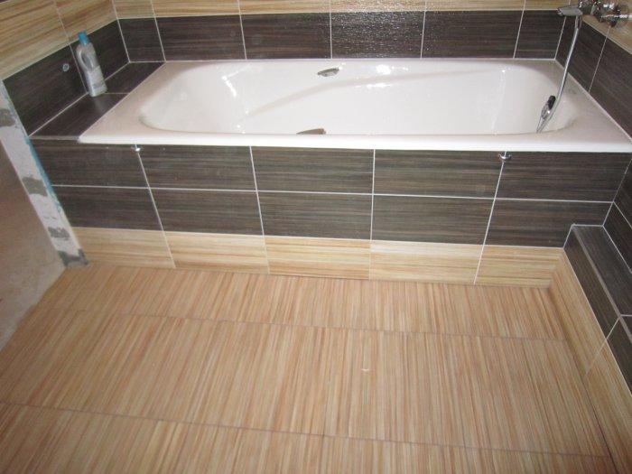 หน้าจออาบน้ำเรียงรายไปด้วยกระเบื้อง