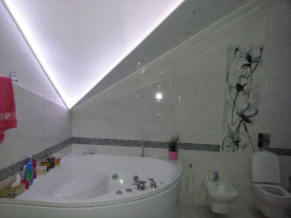 Натяжной потолок в ванной комнате: преимущества и ...