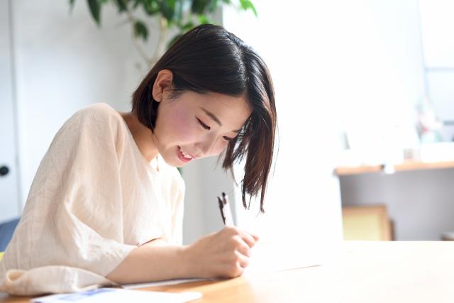 パーソナルカラー診断の勉強をしている女性