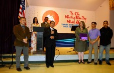 Ông Lê Đăng Ân trao tiền hiến tặng cho Ms. Marjean Perhot, Director Refugees & Immigrant Services Program, Catholic Charities