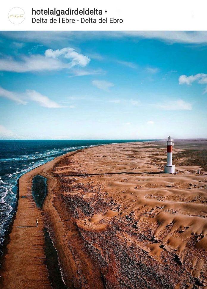 Vista aérea de playa y faro del Fangar