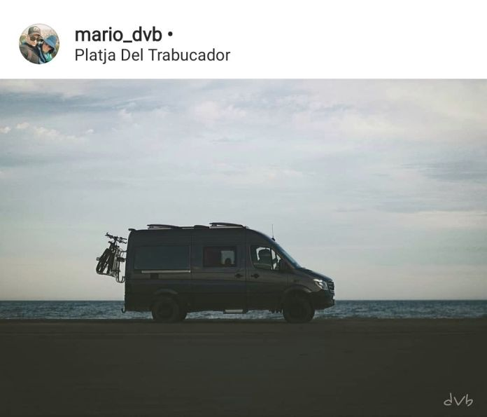 Furgoneta camper pernoctando en playa del delta del Ebro