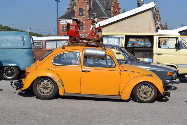 VW coccinnelle avec un Solex Micron sur sa galerie.