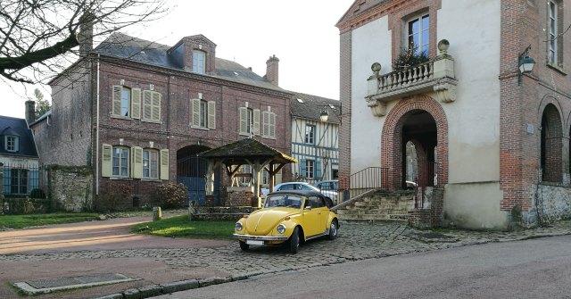 Idée pour faire du tourisme dans l'Oise de manière originale, optez pour la location de voiture ancienne.