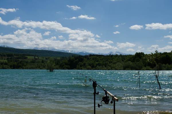 Ruten auf den Banksticks am Pyrenäen See