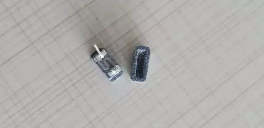 Selecting high-quality silicon carbide as the main material, then adding perlite, diatomite and other ingredients as the auxiliary material, and sintering at 1300 degrees temperature, a porous ceramic material with micron pore size and high open porosity can be obtained. At the same time, it has the characteristics of high temperature, high pressure, acid and alkali resistance, non-peculiar smell and corrosion resistance, and has good biological inertia.
