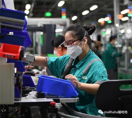 Schneider Electric employees work at the company's plant in Tianjin on Feb 25. [Photo/Xinhua]