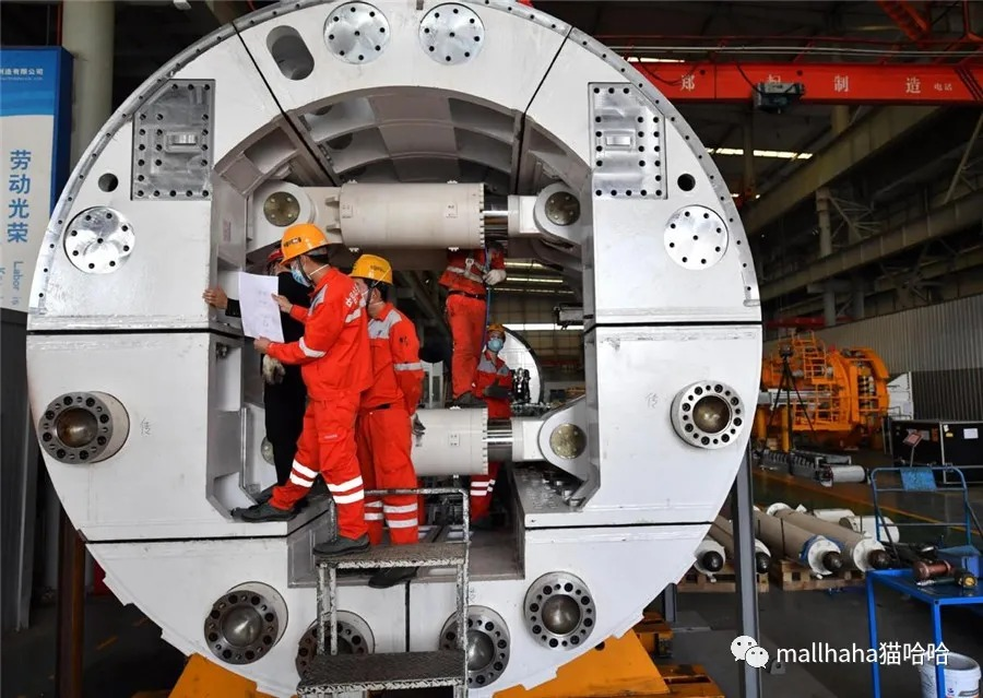 Employees of China Railway Engineering Equipment Group work at the assembly shop for a shield tunneling machine in Zhengzhou, Central China's Henan province, on March 18. [Photo/Xinhua]
