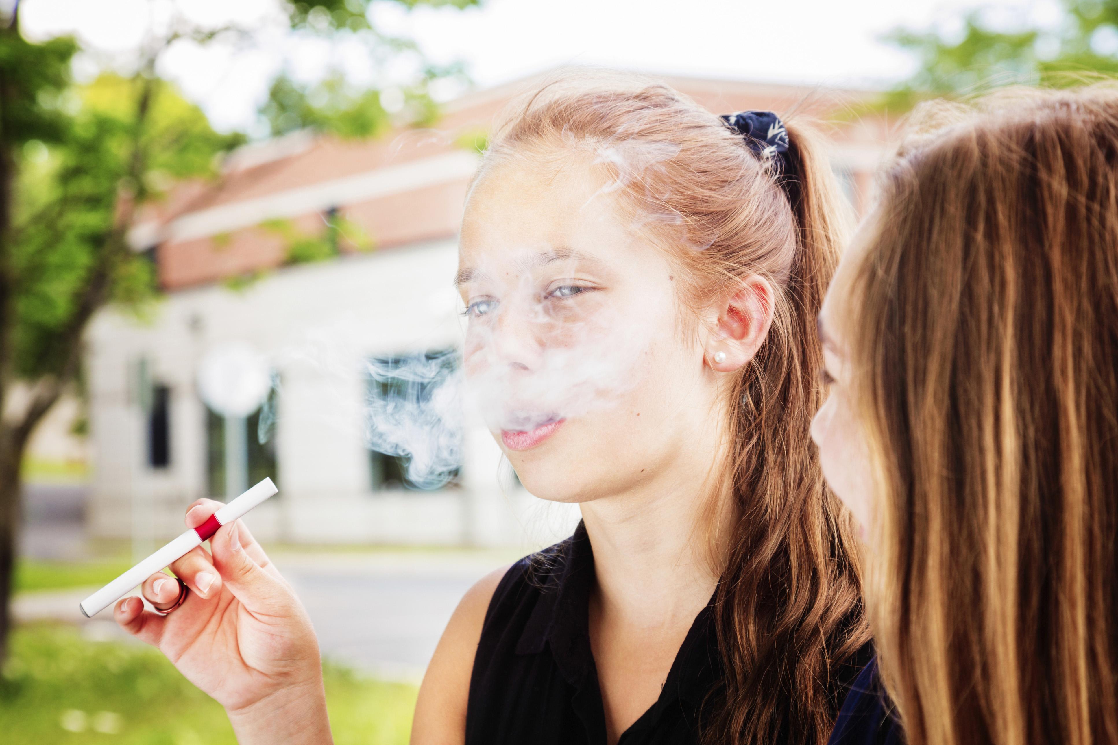 девок молодые курящие девушки фото голая