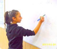 Romamädchen beim Förderunterricht in Mathematik