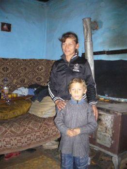 Romabäuerin Maria und ihr Sohn Sergiu in ihrer Hütte