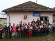 Die Grundschüler von Cetatea Veche vor der Schule