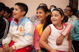 Romakinder bei einer Puppenspielvorführung