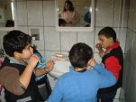 Jungen beim Zähneputzen