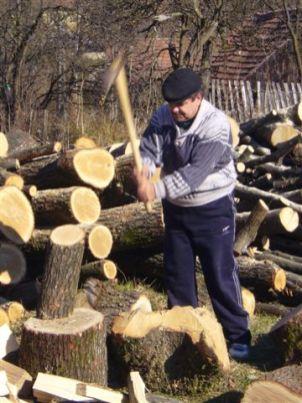 ein Vater aus dem Dorf hackt Holz für die Zentralheizung