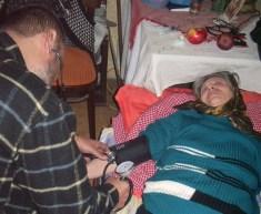Der Arzt der Civica misst den Blutdruck einer Seniorin