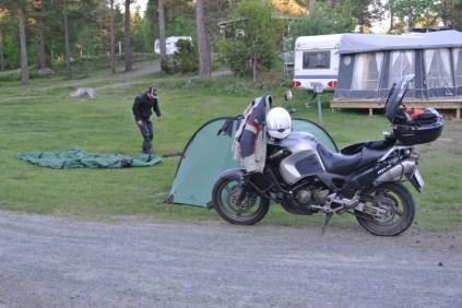 Dags att sätta upp sitt nya tält. Vi blev förvånade att vi köpt likadana på olika ställen och pris