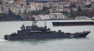 Rússneskt herskip siglir um Hellusund, í gegnum Istanbúl.