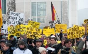 Sunnudaginn 24. janúar efndu fulltrúar rússneska minnihlutans í Berlín til mótmæla við kanslarahöllina til stuðnings stúlkunni sem samdi lygasöguna.