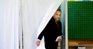 Viktor Orban greiðir atkvæði í þjóðaratkvæðagreiðslunni.
