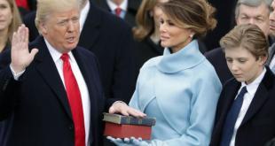 Donald J. Trump sver embættiseið sem 45. forseti Bandaríkjanna eiginkona hans Melina heldur á Biblíunni.
