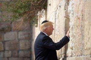 Donald Trump við Grátmúrinn.