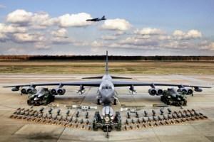 Bandarísk B-52 sprengjuvél með sprengjum og skotfærum. Fullhlaðin vegur vélin 220 tonn. Vænghafið er 56,4 m. Mynd: U.S. Air Force photo/Tech. Sgt. Robert Horstman.