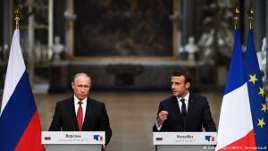 Vladimir Pútín og Emmanuel Macron á blaðamannafundi í Versalahöll.
