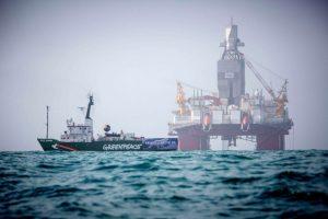 Skip Greenpeace við borpall Statoil í Barentshafi.