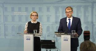 Paula Riskko innanríkisráðherra og Juha Sipilä forsætisráðherra Finnlands á blaðamannafundi.