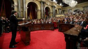 Carles Puigdemont flytur sjálfstæðisræðu í héraðsþinginu í Barcelona.