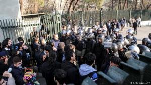 Myndin er tekin laugardag 30. desember og sýnir námsmenn og lögreglu í Teheran.