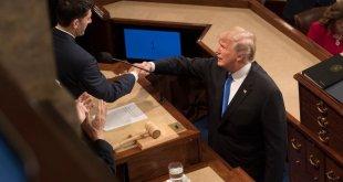 Donald Trump forseti heilsar Paul D. Ryan þingforseta við komu sína í þingsalinn til að flytja stefnuræðuna 2018.