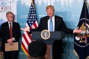 Donald Trump ræðir við frettamenn á leið af G7-fundinum.