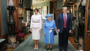 Trump-hjónin með Elísabetu II. í Windsor-kastala.
