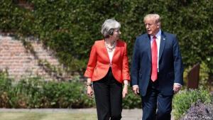 Theresa May og Donald Trump á leið til blaðamannafundarins við Chequers.