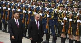 Vladimír Pútín Rússlandsforseti var gestur Xi Jinping Kínaforseta 8. júní 2018. Hér skoða þeir heiðursvörð kínverskra hermanna.