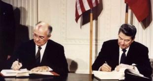 Mikhail Gorbatsjov og Ronald Reagan rita undir INF-samninginn árið 1987.