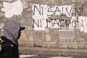 Myndin er tekin í ítölsku Alpaþorpi skammt frá lokuðu frönsku landqamærunum. Á vegginn er letrað: Hvorki Salvini né Macron.