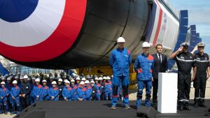 Emmanuel Macron við athöfnina í Cherbourg.