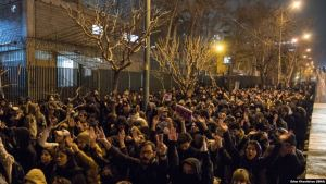 Námsmenn mótmæla 11. janúar 2019 við háskóla í Teheran.
