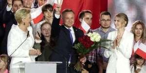 Andrzej Duda fagnar sigri í pólsku forsetakosningunum..