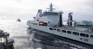 Myndin er tekin 5. september 2020 á Noregshafi þegar bandaríski tundurspillirinn USS Ross tekur eldsneyti á hafi úti úr breska aðstoðarskipinu RFA Tidespring. Í bakgrunni er breska freigátan HMS Sutherland.