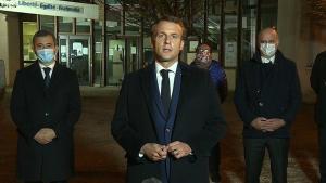 Emmanuel Macron forseta var greinilega brugðið þegar hann kom á vettvang,