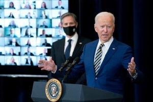 Joe Biden flytur ræðu í bandaríska utanríkisráðuneytinu. Antony Blinken utanríkisráðherra í bakgrunni.