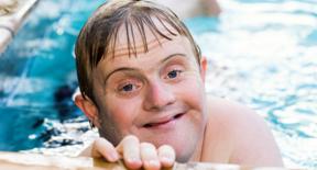 Junge mit Behinderung
