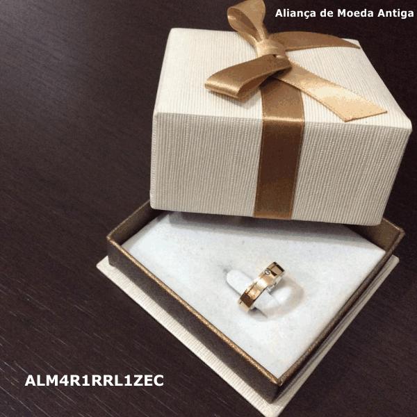 Aliança de Moeda Antiga Reta 4MM com Revestimento em Prata com 1 Risco Reto Lateral e 1 Zircônia em Cima – ALM4R1RRL1ZEC